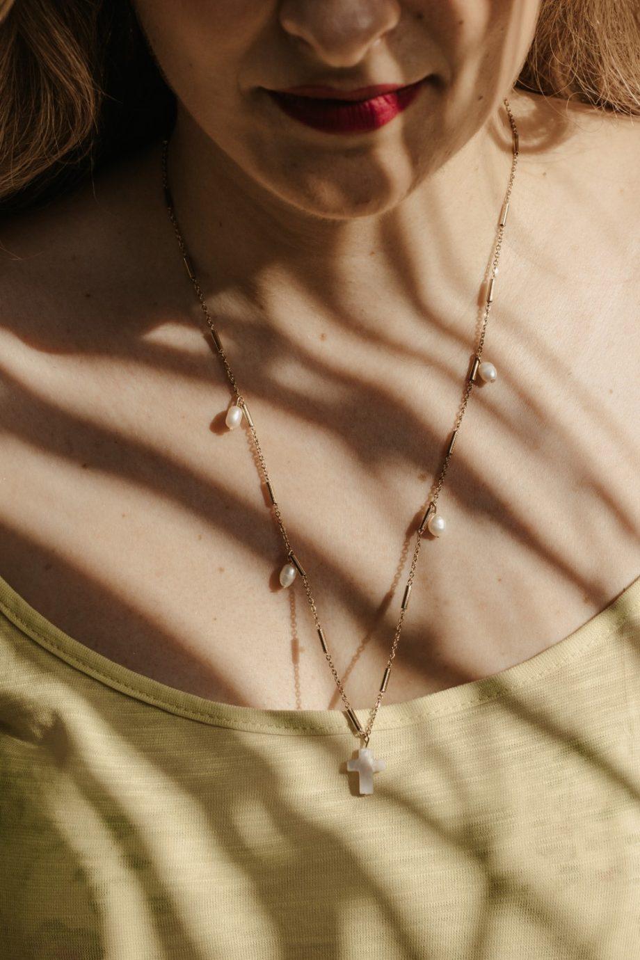 Γυναικείο κολιέ σταυρός με μαργαριτάρια καλλιέργειας